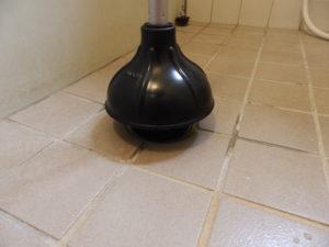 排水口にカップを押し当てる