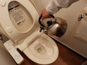 バケツやヤカンでトイレに水を足す