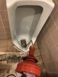 千葉市緑区飲食店K様の小便器作業中画像