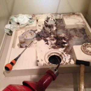 四街道市A様宅洗濯機排水つまり除去作業中の画像