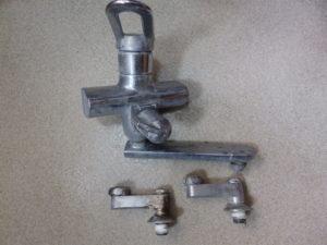 取り外したシングルレバー混合栓