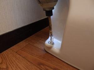 便器後部の皿木ねじを締めて固定する